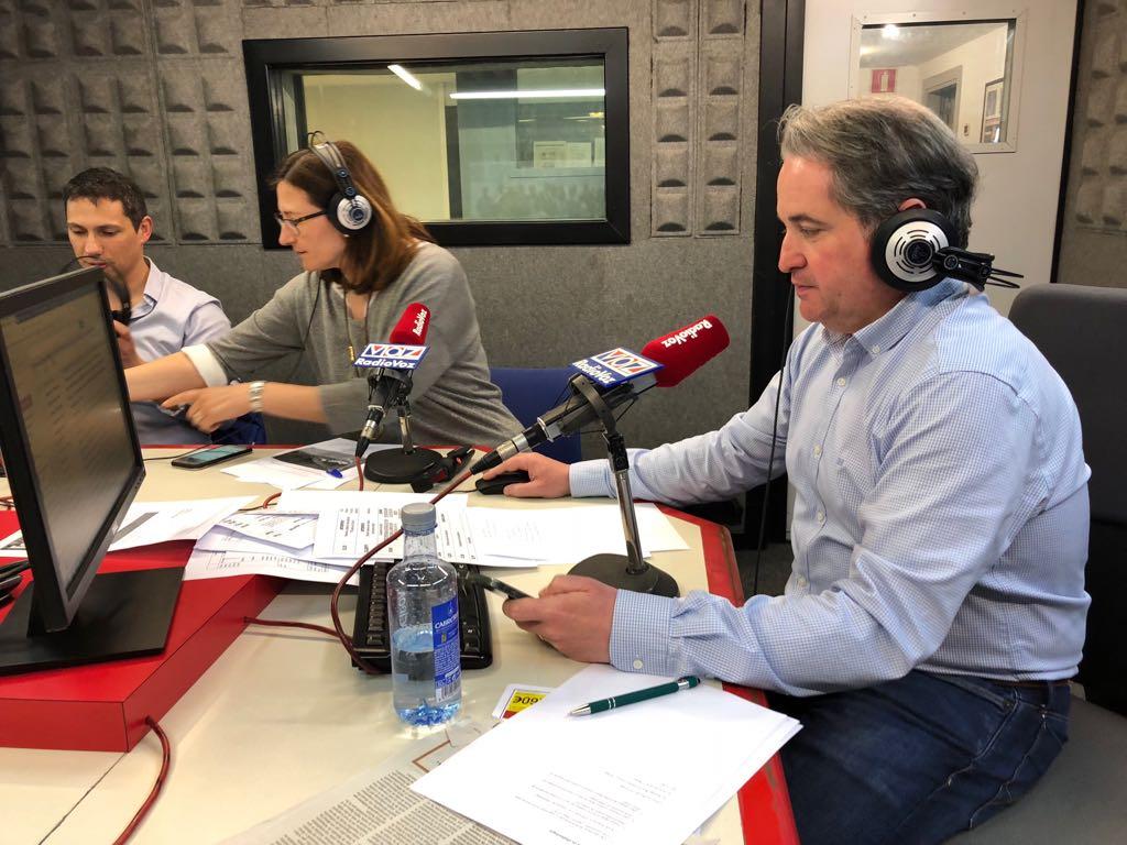 Con la radio en la radio
